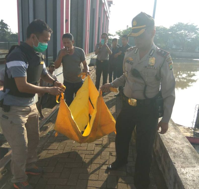 Evakuasi mayat bayi yang ditemukan di pintu air Tangerang (foto: Okezone)