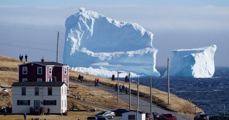 TOP TECHNO: Foto Gunung Es Besar 'Terdampar' di Pantai