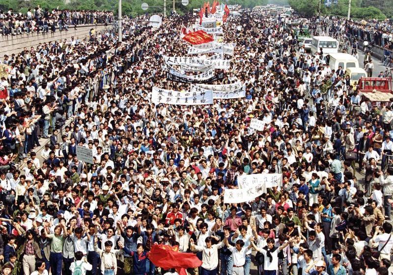 Demonstrasi besar-besaran di Alun-Alun Tiananmen pada 1989 (Foto: Mikami/Associated Press)