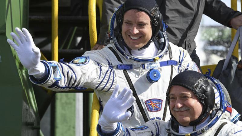 Astronot AS Jack Fischer (atas) dan kosmonot Rusia Fyodor Yurchikhin sebelum naik pesawat Soyuz (Foto: Kirill Kudryavtsev/Associated Press)