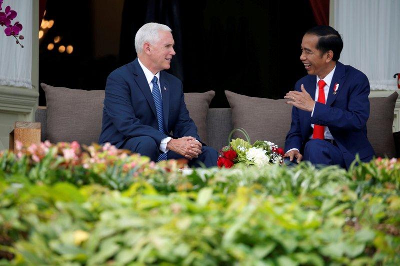 Wapres AS Mike Pence berbincang di beranda Istana Merdeka bersama Presiden Indonesia Joko Widodo (Foto: Reuters)