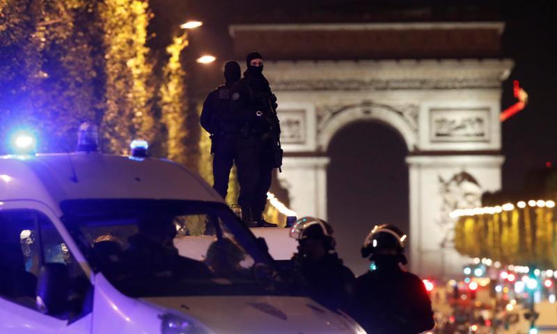 Kepolisian Prancis menutup area di sekitar lokasi penembakan (Foto: Christian Hartmann/Reuters)