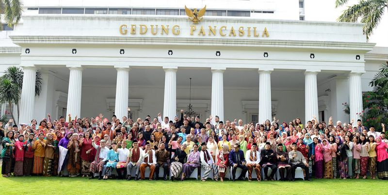 Menlu Retno LP Marsudi dan Wamenlu AM Fachir beserta jajaran staf Kemlu RI mengenakan pakaian adat untuk memperingati hari lahir RA Kartini. (Foto: Twitter Kemlu)
