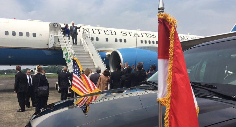 Wapres AS Mike Pence dan istrinya, Karen, bertolak ke Sydney usai menuntaskan kunjungan dua hari di Jakarta, Indonesia, Jumat 21 April 2017. (Foto: Twitter Mike Pence @VP)