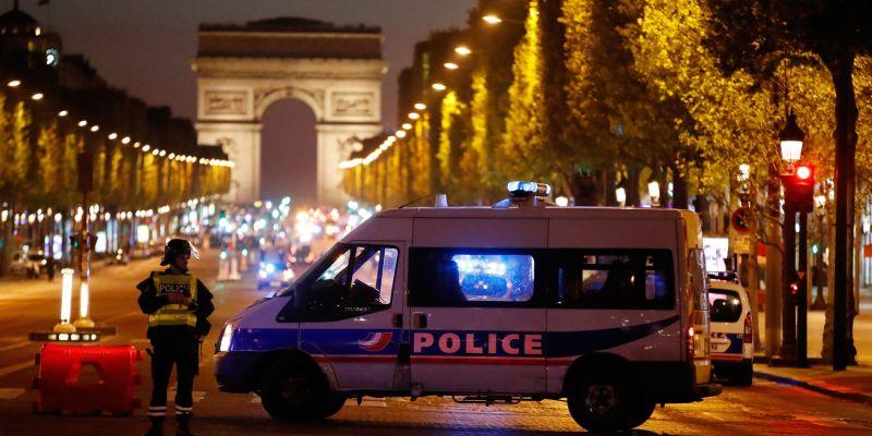 Polisi berjaga-jaga usai insiden penembakan di dekat istana kepresidenan Prancis. (Foto: Reuters)