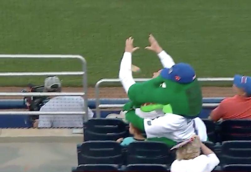 Potongan gambar ketika Albert Gator melindungi bocah dari hantaman bola (Foto: For The Win)