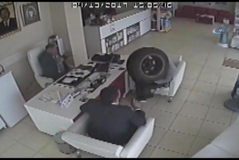 Roda yang mendadak masuk ke apotek dan menghantam dua pria (Foto: Daily Sabah/UPI)