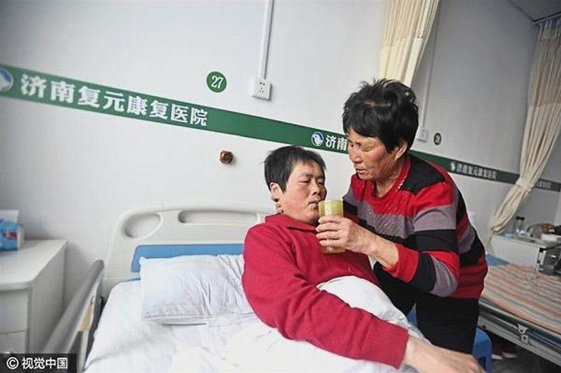 Foto Yin Pizhi yang merawat menantunya (Foto: The Star)