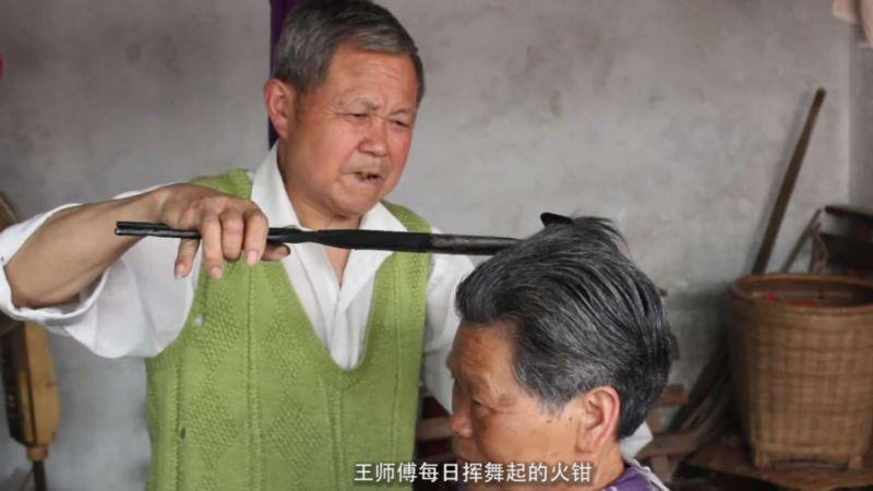 Foto Wang Meimei ketika menata rambut pelanggannya (Foto: South China Morning Post)
