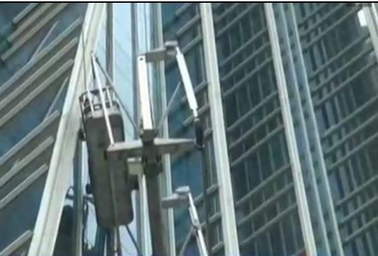 Dua orang saat terjebak di gondola yang nyaris jatuh (Foto: Istimewa)