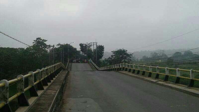 Jembatan Cipamingkis ambles (Foto: Okezone)