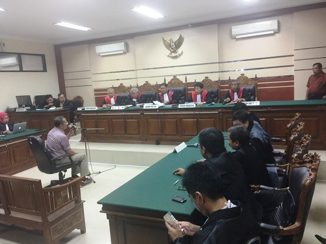 Dahlan Iskan saat sidang (foto: Nurul Arifin/Okezone)