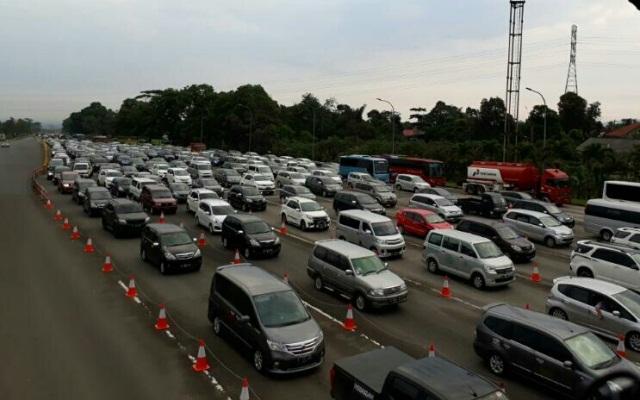 Jalur menuju kawasan Puncak, Bogor mengalami kemacetan (Foto: Putra Ramadhany)