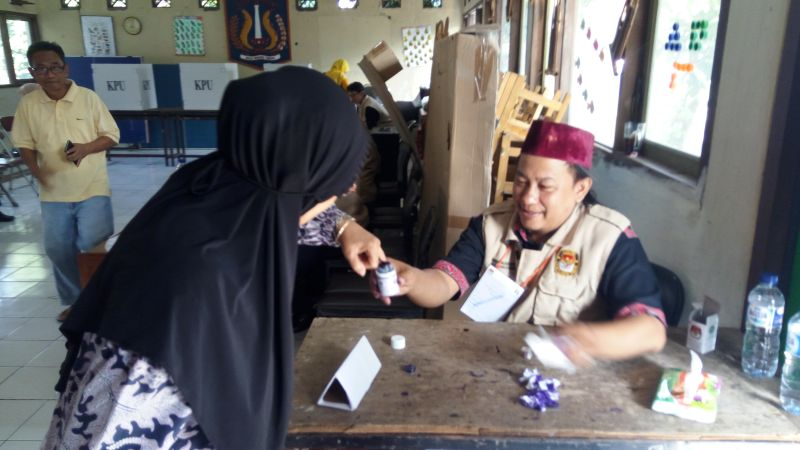 Warga Pondok Kelapa Duren Sawit lakukan pencoblosan ulang (Foto: Taufik/Okezone)