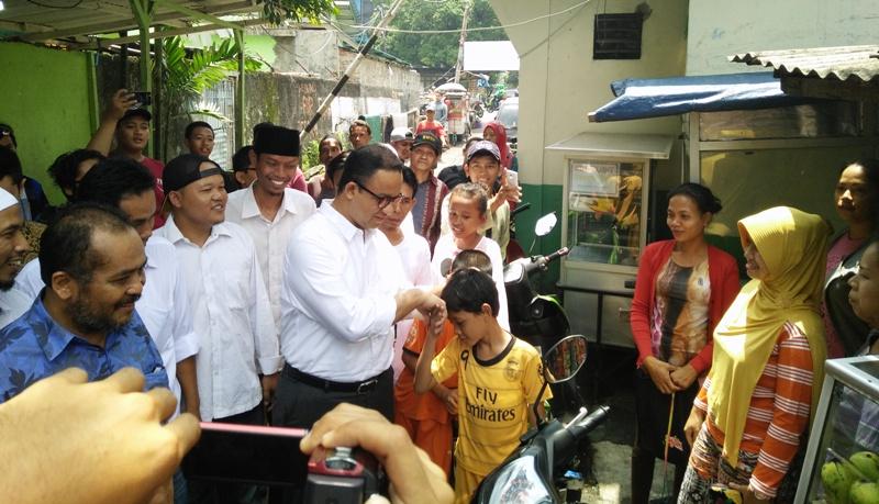 Anies saat bersama warga Jakarta (Foto: Okezone)