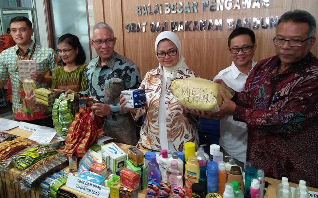 BPOM sita makanan dan obat ilegal di Bandung (Foto: Yugi Prasetyo)