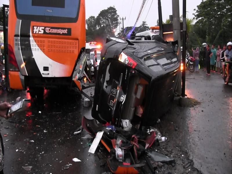 Kondisi bus saat menabrak kendaraan lain karena rem blong (foto: Okezone)