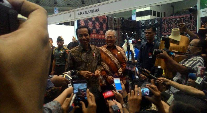 https: img.okezone.com content 2017 04 26 320 1676712 tinjau-pameran-inacraft-ibu-negara-beli-produk-kesenian-khas-indonesia-WMwx8I2dT5.jpg