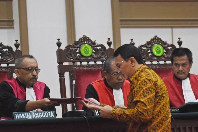 Terdakwa kasus dugaan penistaan agama, Basuki Tjahaja Purnama alias Ahok saat menjalani sidang. Foto Eko/Antara