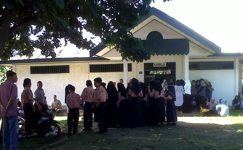 Teman sekolah memadati rumah sakit tempat jenazah BA diautopsi (Demon F/Okezone)