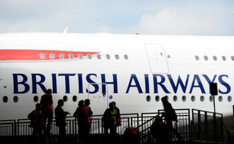 Maskapai British Airways menurunkan penumpangnya di pangkalan milik Angkatan Udara Portugal (Foto: Paul Hackett/Reuters)