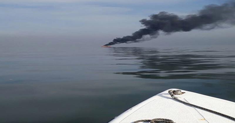 Kapal Terbakar di Perairan Ayer, Kepulauan Seribu. (Foto: @KANSAR_JKT)