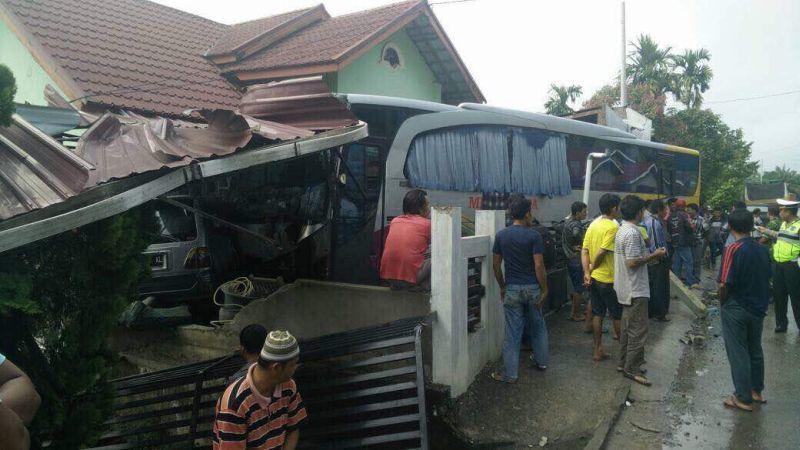 Bus PO Medan menabrak rumah warga (Foto: Banda/Okezone)