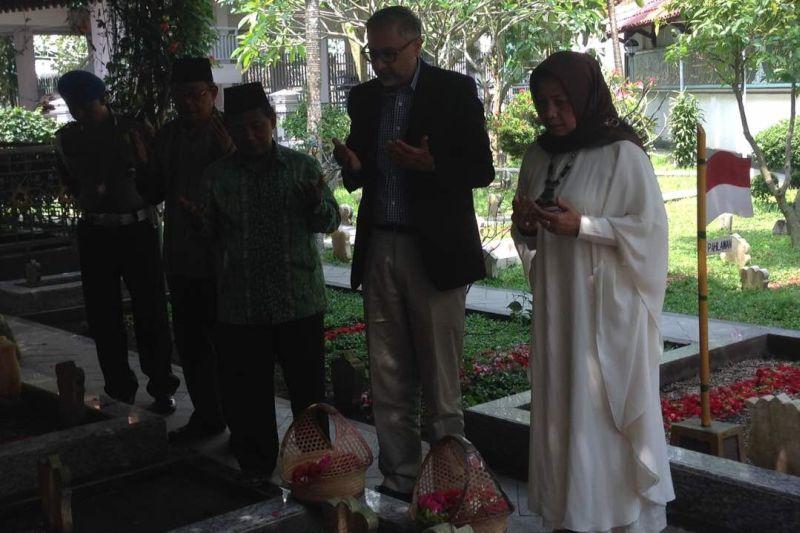 Dubes Inggris Moazzam Malik saat berziarah ke kompleks makam Tebuireng (Foto: Zen Arivin/Okezone)