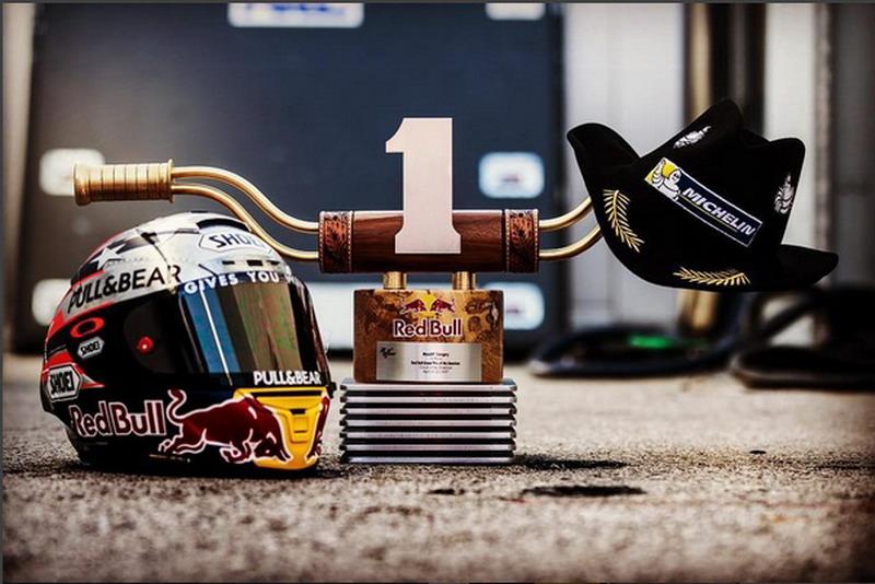 Bangga Raih Podium Pertama, Marquez Unggah Foto Trofi Austin