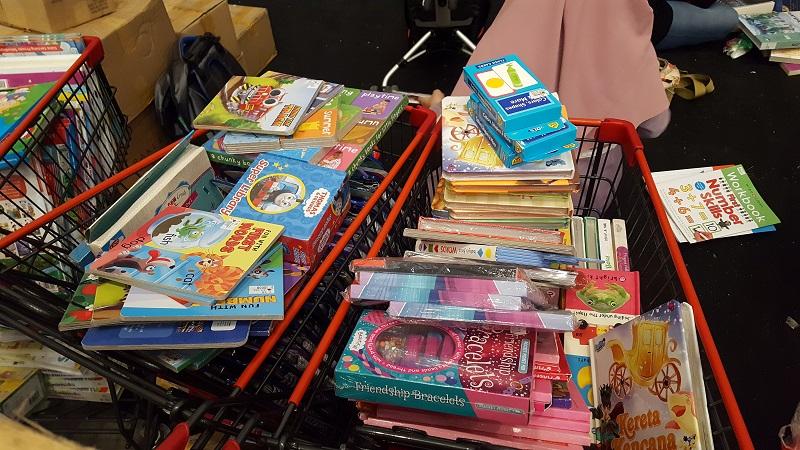 https: img.okezone.com content 2017 04 29 196 1679581 tema-tema-buku-ini-laris-dibeli-mamah-muda-di-pameran-buku-anak-0m5Sq8AIQt.jpg