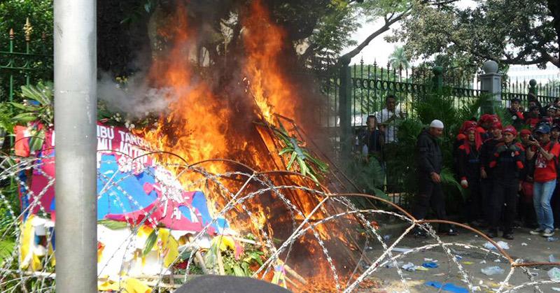 Bunga untuk Ahok dibakar OTK (Foto: Achmad Fardiansyah/Okezone)