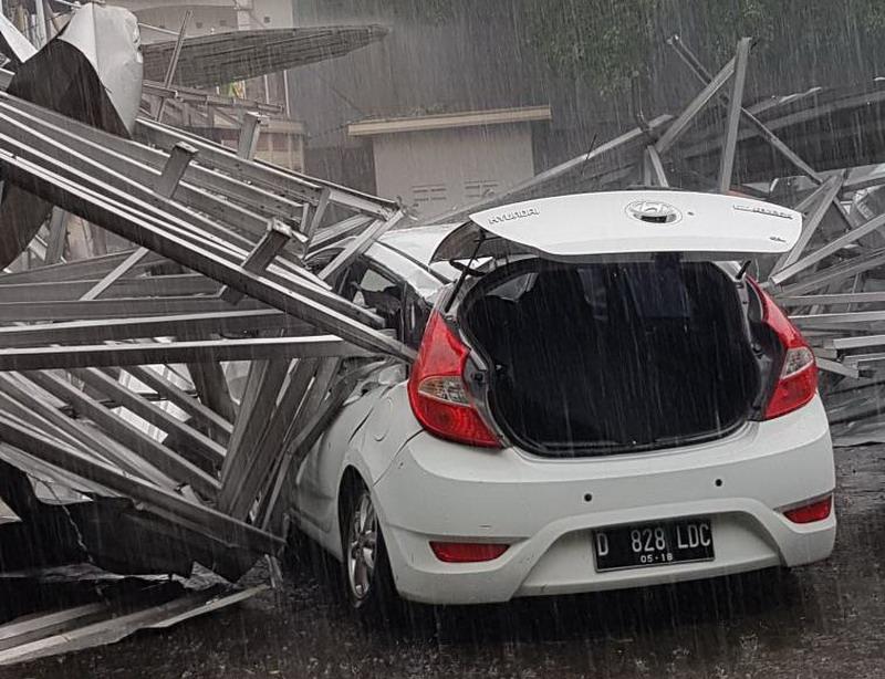 https: img.okezone.com content 2017 05 03 525 1682312 ini-penampakan-tiga-mobil-korban-keganasaan-angin-kecang-yang-terjang-bandung-x61n04EvRZ.jpg