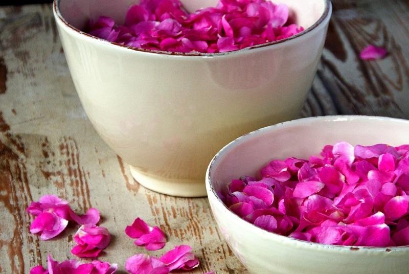 https: img.okezone.com content 2017 05 04 194 1683404 masker-yogurt-mawar-bisa-merawat-kulit-keringmu-wWWIU6aD7B.jpg