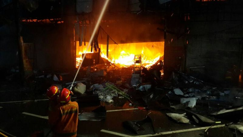 Petugas tengah memadamkan api di restoran di sekitar Blok M (Foto: TMC Polda Metro Jaya)