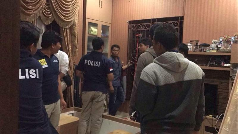 Polisi mendatangi rumah Ketua Fraksi PKS yang ditembak OTK (Bayu/Okezone)