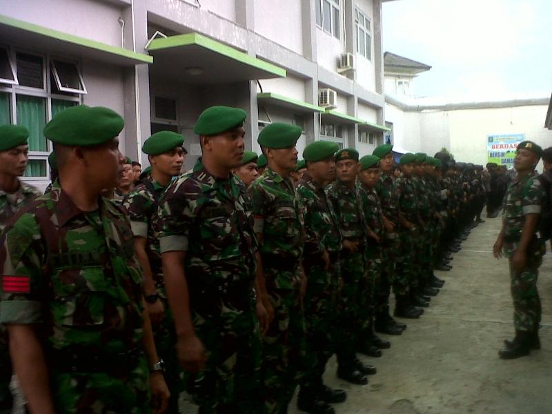 Sejumlah prajurit TNI bersiap mengamankan Lapas Bengkulu usai terjadi keributan antar warga binaan. Foto Okezone/Demon Fajri