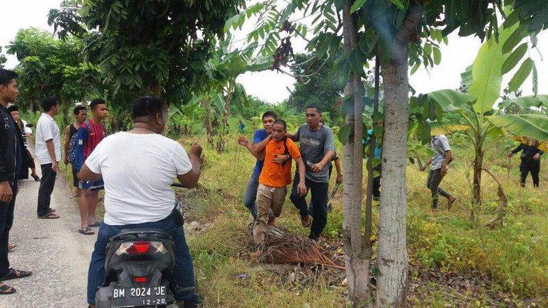 https: img.okezone.com content 2017 05 05 340 1684338 77-tahanan-kabur-dari-rutan-pekanbaru-ditangkap-di-perbatasan-pelalawan-riau-6PDSShAhIz.jpg