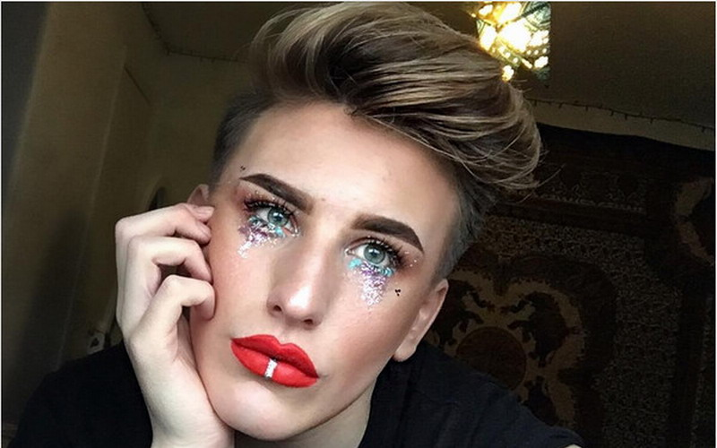 https: img.okezone.com content 2017 05 09 194 1687262 make-up-air-mata-glitters-tren-teranyar-yang-sedang-viral-di-instagram-2CBMx2Ymay.jpg