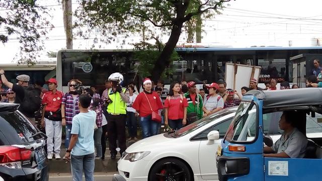 Pendukung Ahok di depan Rutan Cipinang (foto: Fakhri/Okezone)