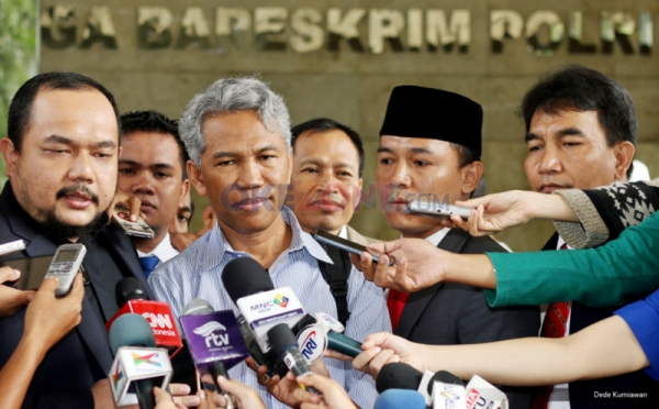 Buni Yani bersama kuasa hukumnya, Aldwin Rahadian  (Foto: Okezone)