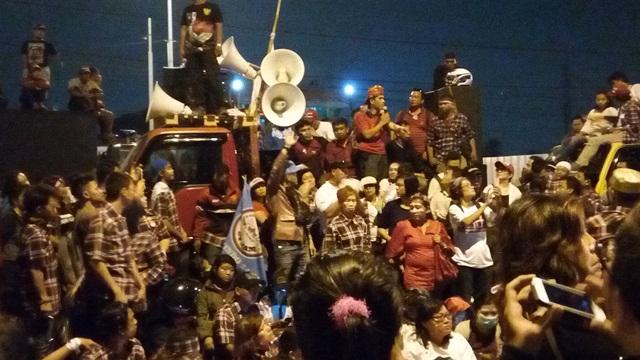 Massa pendukung Ahok blokade jalan di depan Rutan Cipinang (Foto: Silviana)