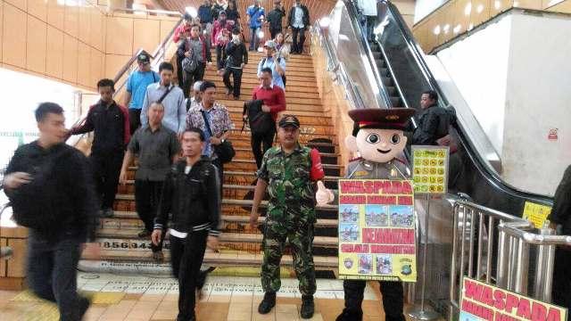 Polisi sosialisasikan kamtibmas dengan membawa boneka cikpol. (Foto: Achmad Fardiansyah/Okezone)