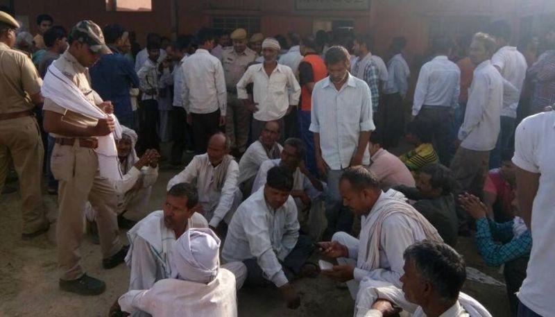 Warga berkumpul di depan kamar jenazah Kota Bharatpur (Foto: Hindustan Times)
