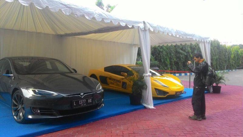 Mobil listrik Tesla disandingkan dengan Selo (Foto: Nurul Arifin/Okezone)