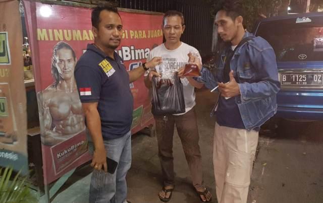 Polisi razia warung jamu di Bekasi (Foto: Djamhari)