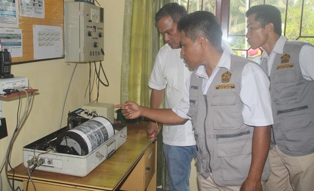 Kepala Badn Geologi Kementerian ESDM, Ego Syahrial (kemeja putih) saat memantau sesmografi Gunung Dukono  (Foto: Narjo Usman)