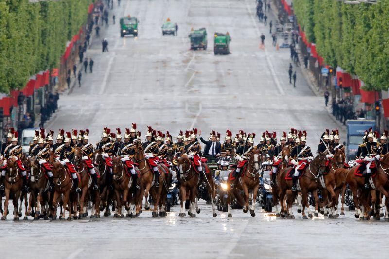 Resmi Jadi Presiden Termuda Prancis, Macron Disambut 21 Tembakan Meriam