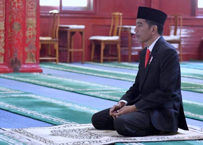 Presiden Indonesia Joko Widodo menyempatkan salat saat berkunjung ke Masjid Niujie (Foto: Sekretariat Negara/Twitter)