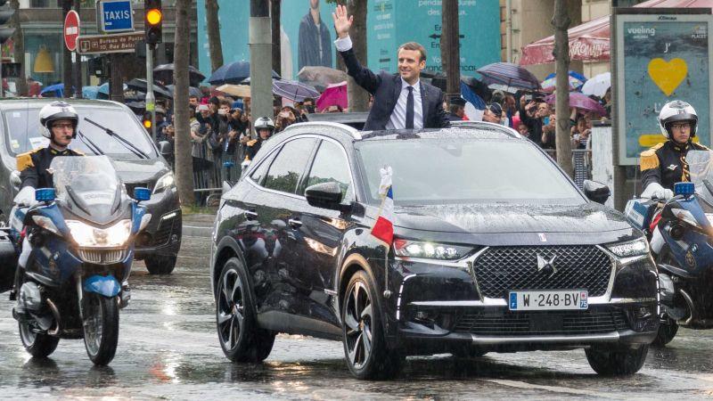 Presiden Prancis Emmanuel Macron menggunakan DS 7 Crossback saat pelantikannya (Motor1)