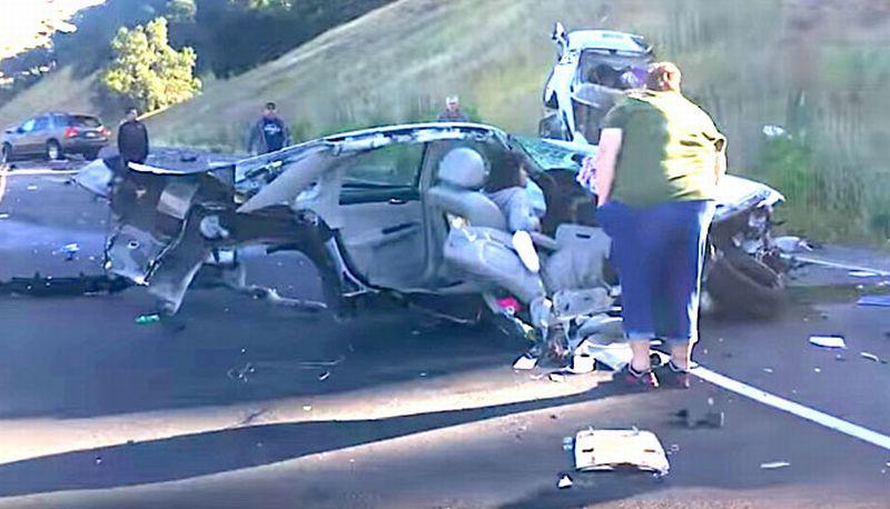 Chevrolet Impala terbelah dua setelah bertabrakan dengan mobil SUV di California, AS (Autoblog)